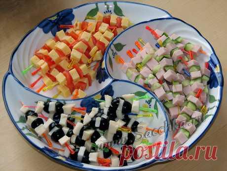 Праздничная закуска - рецепт с фото Праздничная закуска приготовлена на шпажках - делается просто и быстро: при минимуме продуктов получается достаточное количество.