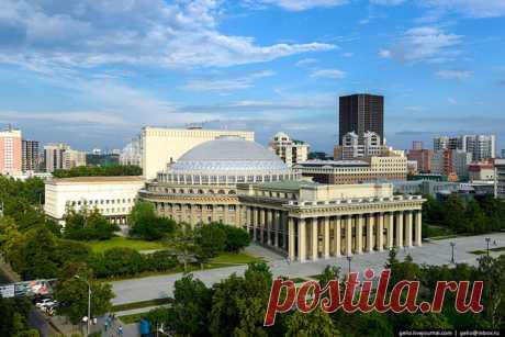 """El teatro de Novosibirsk académico de la ópera y el ballet — el edificio más grande teatral de Rusia. La superficie total del edificio — 11,8 mil de metros cuadrados, y su volumen — 2 943,4 mil de metros cúbicos. \u000d\u000a\u000d\u000aDe ópera \""""ha crecido\"""" el Bolshoy en Moscú. Por sus tales dimensiones llaman el Coloseo Siberiano."""