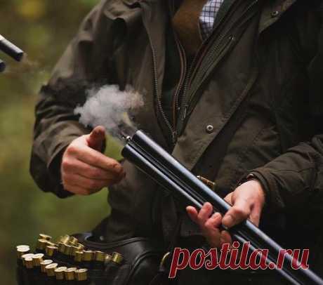 Правила поведения с Оружием. 1. Порядок обращения с Оружием. 1.1. Охотничье оружие является предметом повышенной опасности, персональную ответственность за его техническое состояние несет владелец оружия. 1.2. Условием безопасного пользования охотничьим оружием является четкое выполнение правил пользования им и строгая дисциплина всех Охотников во время Охоты. 1.3. Не допускается выезд охотников и пребывание их на Охоте с неисправным и незарегистрированным оружием. 1.4. ЗАПРЕЩАЕТСЯ: -…
