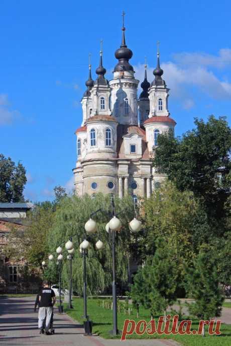 Удивительный, красивый и устремлённый ввысь храм. Церковь Космы и Дамиана. Барокко, конец XVIII столетия. Калуга.