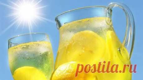 ЛИМОНАД В МУЛЬТИВАРКЕ! Вкус и аромат потрясающий!  Прекрасно утоляет жажду, и дети пьют с удовольствием! ИНГРЕДИЕНТЫ: лимоны - 3 шт сахар - 1 стакан (стакан обычный) вода - полная чаша ПРИГОТОВЛЕНИЕ: Лимоны хорошо вымыть, положить в чашку и залить кипятком. Я выдерживаю 15 минут. Делаю это для того, чтобы лимонный напиток не горчил. Затем воду слить, а лимоны нарезать кружочками. В чашу мультиварки выложить лимоны, всыпать сахар. При желании можно добавить несколько листочков мяты (у меня