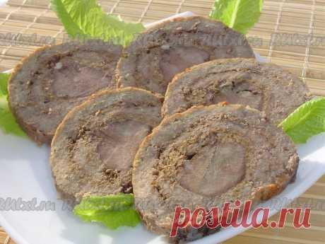 Мясной рулет с языком и орехами.