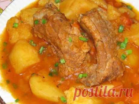 Свиные ребрышки, тушеные с картофелем в духовке | Рекомендательная система Пульс Mail.ru