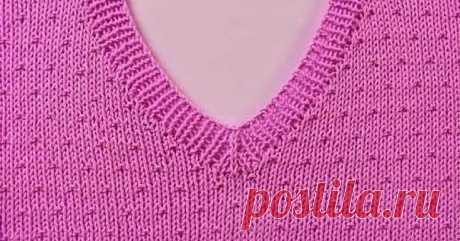 Как связать V-образный вырез со средней петлей  V-вырез - это очень модно в женских и мужских изделиях, ведь он открывает шею и зону декольте и зрительно удлиняет линию шеи. Это отлично подходит как для теплых джемперов, так и для легких свитерков.  Связать V-образный вырез очень просто.  При вязании бейки горловины этим способом петли набирайте, начиная от левого плечевого шва. Спицу вводите под кромочную и вытягивайте петлю.  Первый ряд вяжите резинкой. Когда дойдете до середины мыса, спиц