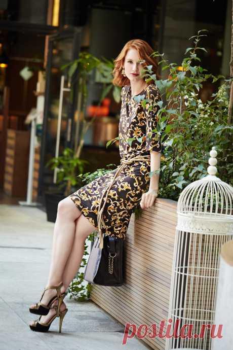 Платье с принтом «Арабеск», пояс, сумка, серьги «Вензель», губная помада – все Faberlic.