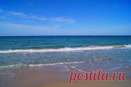 Песчаные пляжи Туниса, песок мелкий и однородный.
