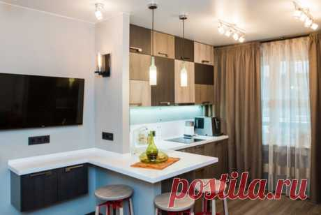 В дизайне кухни используется актуальный мировой тренд - сочетание многоуровневых модулей, узоров и фактур цвета. Необычной формы придуман обеденный стол, который также может быть и дополнительной рабочей зоной.