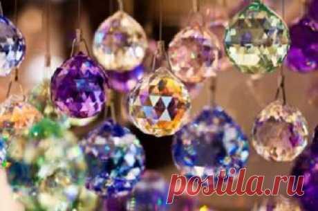 Разноцветные кристаллы в фэн - шуй.  Кристаллы, символизирующие могущественную энергию земли, являются очень важными символами в фэншуй. Эти талисманы, словно батарейки, концентрируют в себе положительную энергию, нейтрализуя при этом о…