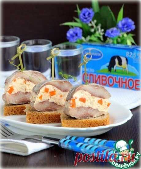 The herring stuffed with creamy and caviar paste - the culinary recipe