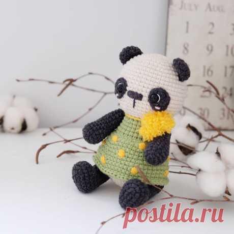 Вязаная панда амигуруми в платье крючком
