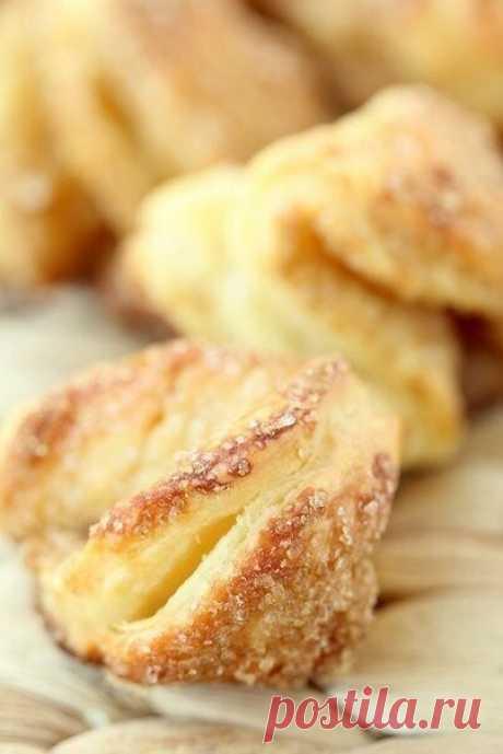Прочти и  Поделись с подругами   Творожное печенье.  Как же я люблю творожную выпечку! А ее несравнимый аромат! Мммммм.. Это печенье может и незатейливое, но вкусное-вкусное!  Вам потребуется:  200 г зернистого творога 100 г сливочного масла 1 стакан муки + мука для раскатывания сахар  Как готовить:  1. Переработать в процессоре творог, холодное сливочное масло и муку в крошку. Сформировать из теста шар, при надобности используя дополнительную муку. Отправить в холодильник...
