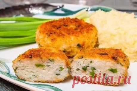 Рыбные котлеты Сочные, нежные, очень вкусные котлеты. На гарнир можно приготовить картофельное пюре. Из указанного количества ингредиентов получается около 15 котлет. Ингредиенты 500 г рыбного филе (судак, сибас, щука и т.д.) 150 г отварного риса 50 г булочки или кусочек хлеба молоко зелень по вкусу панировочные сухари соль перец растительное масло Приготовление Рыбное филе пропустить через мясорубку. Булочку замочить в молоке. Зелень мелко нарезать. Смешать филе, булочку ...