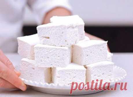 Домашний зефир  Низкокалорийный десерт, который содержит всего 80 ккал на 100 г, легко приготовить самостоятельно. Кроме того, что такая сладость не навредит фигуре, она еще и безумно вкусная!  Ингредиенты:  Кефир — 1 л  Сметана нежирная — ¾ стакана  Сахар — 1 стакан  Желатин — 2 ст. л  Вода — 2 стакана  Ванильный сахар — ½ пакетика.