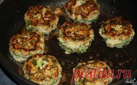 Нереально вкусные котлеты из индейки с кабачком Ингредиенты:   фарш индюшачий — 500 грамм  кабачок — 1 штука  специи — по вкусу  зеленый лук — 2 штуки  растительное масло — по вкусу  сметана — 100 грамм  оливковое масло — 1,5 ст. ложки  лимонный сок — 1 ст. ложка      Приготовление:   Смешиваем фарш, яйцо, соль, перец