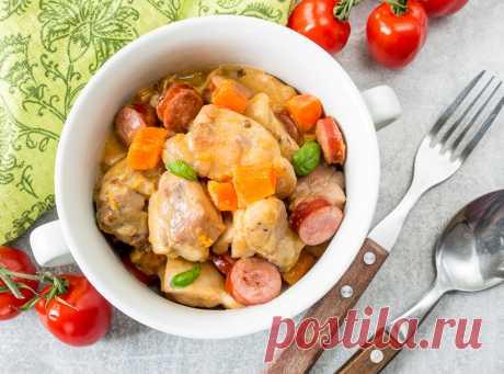 Рагу из курицы с колбасками и тыквой