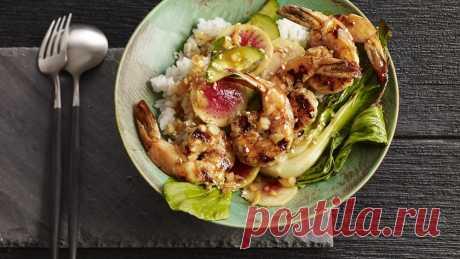 """Салат """"Поке"""" из овощей и жаренных креветок с рисом"""
