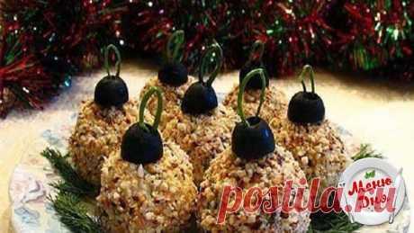 Ёлочные шарики    Ингредиенты:   •крабовые палочки — 0,2 кг;  •сыр — 0,1 кг;  •майонез — 100 г;  •яйцо — 2 шт;  •лук зеленый — 2 пера;  •чеснок — 1 зубчик;  •маслины — 6 шт;  •соль — по вкусу.   Приготовление:  В глубокую емкость натрите на терке крабовые палочки. Часть из полученной массы отложите в сторону для панировки.  Натрите сыр на терке, затем добавьте его к крабовым палочкам.  Отварите яйца, очистите их, натрите на терке и добавьте в основной состав.  Чеснок пропу...