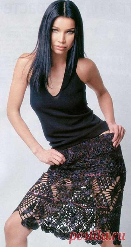 Вяжем ажурную юбку крючком из буклированной пряжи.