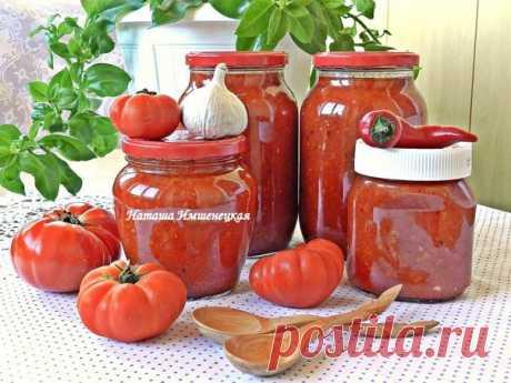 La salsa de los tomates y el pimiento para el invierno.