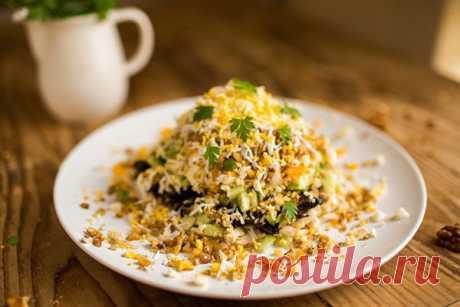 Салат с курицей, черносливом и грецким орехом  Очень вкусный и легкий салат