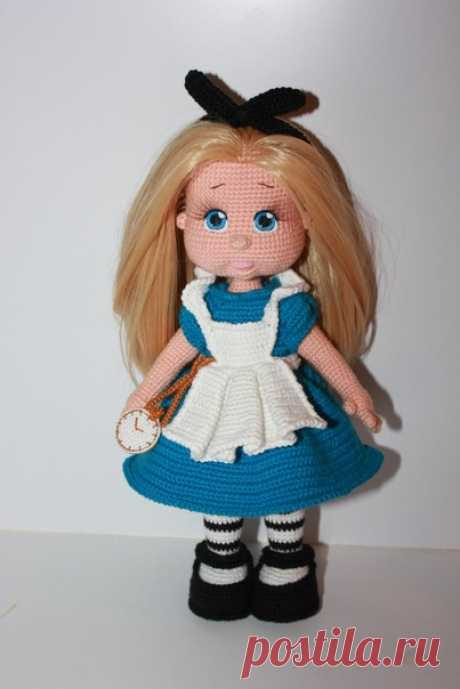 Алиса. Вязаная игрушка крючком. #алиса #Вязанаяигрушка #Вязанаякукла #кукла. #вязание. #вязанаяжизнь. #вязанаяалиса #амигурумиигрушка. #амигурумикукла.  #амигурумиалиса #вашиработы