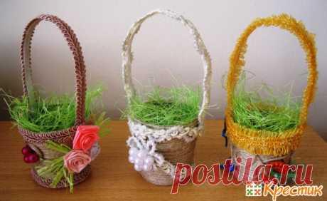 Los artículos de Pascua por las manos: el canastillo del vasito de plástico