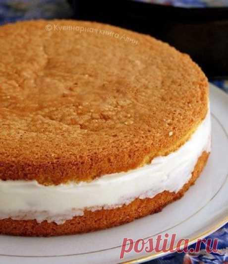 Торт с нежнейшим творожным кремом  Понадобится: Для бисквита: - 5 яиц - 1 ст. сахар - 1 ст. муки - 1 ч.л. тертой цедры лимона Для крема: - 20 г желатина - 150 мл воды - 300 гр творога - 5 ст л сахарной пудры - 250 мл сливок - консервированные ананасы  Приготовление:  1. Белки взбить с сахаром до твердых пиков. По одному ввести желтки, хорошо взбить. Частями добавлять муку и аккуратно перемешивать. Вылить тесто в разъемную форму, застеленную бумагой. Не забудьте покрутить ф...