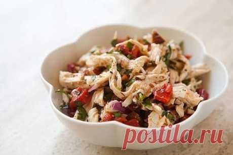 Куриный салат с обжаренными сладким перцем и поджаренным миндалём