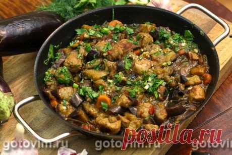 Мясо с баклажанами по-грузински. Рецепт с фото Мясо с баклажанами по-грузински несложно готовить, и ингредиенты в рецепте используются самые простые. Мясо и овощи предварительно обжаривают, приправляют паприкой, хмели-сунели и чесноком и доводят до готовности в духовке. Блюдо получается пряным, сытным и сбалансированным.
