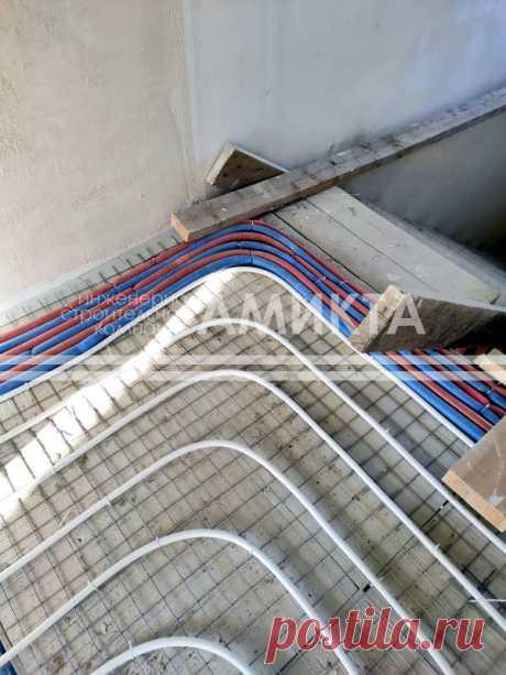 Укладка труб водяного теплого пола методом крепления на арматурную сетку. Еще больше про отопление дома теплым полом тут - https://amikta.ru/tepluy-pol/otoplenie-teplum-polom/