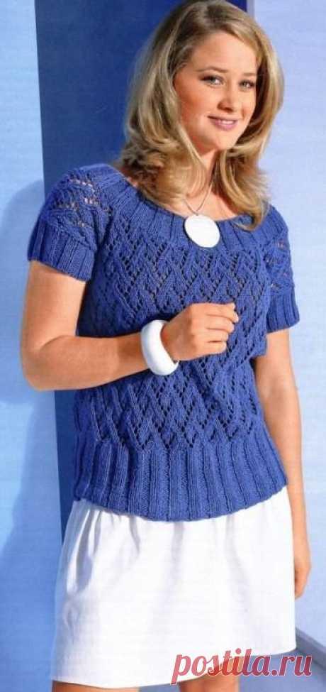 El pulóver azul con la manga corta