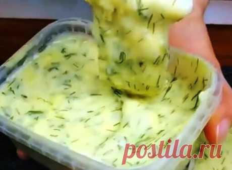 Домашний плавленный сыр, нежный и без комочков - Рецепты для дома Обязательно попробуйте приготовить домашний плавленный сыр по этому рецепту! Не пожалеете! Сыр получается в разы лучше покупного! Нежный, однородный, без комочков и очень-очень вкусный! И главное — красивый! Готовится всего 10-15 минут! Съедается также быстро! Потом что перед такой вкуснятиной устоять невозможно! Не забудьте сразу подписаться на кулинарный блог «Поварёшка», чтобы не потерять этот рецепт. […]