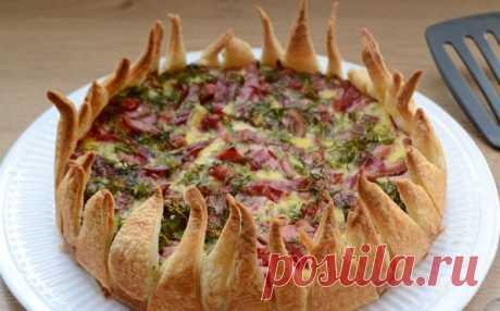 Слоёный пирог «Цветок» с картофелем и колбасой