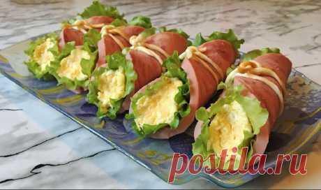 Шикарные рулетики из ветчины на праздничный стол... Такая закуска готовится легко и просто и получается очень красивой и изумительно вкусной. Такие рулетики украсят любой праздничный стол!  Ингредиенты:   500 г. ветчины;  100 г. сыра;  2 вареных вкрутую яйца;  1 зубчик чеснока;  сыр косичка;  листья салата;  майонез;  соль по вкусу