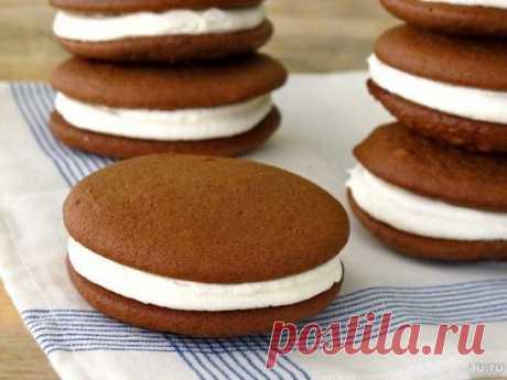Вкуснющее пирожное «Вупи» — на радость всем сладкоежкам! Это традиционные американские пирожные. Готовятся они очень быстро и влюбляешься в них с первого укуса. Мягкие шоколадные бисквиты в сочетании со взбитыми сливками — это просто БОМБА. Ингредиенты: Тесто: Яйцо куриное — 1 шт. Масло сливочное — 80 г Сахарная пудра — 100 г Какао-порошок — 3 ст. л. Молоко — 100 мл Мука пшеничная — 130 г Разрыхлитель — 1 ч. л. Ванилин — 1 г Крем: Сливки 35% — 150 мл Сахарная пудра — 4 ст. л. Приготовлени