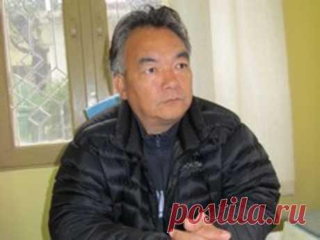 Тибетская медицина: клин клином вышибают Доктор Намджал Кусар – опытнейший тибетский врач, владелец клиники в Нурбулинке, пригороде Дхарамсалы (Индия). Доктор Кусар – универсал, но такова уж слава тибетской медицины, что к нему чаще обращаются больные с запущенными и трудно поддающимися лечению проблемами.