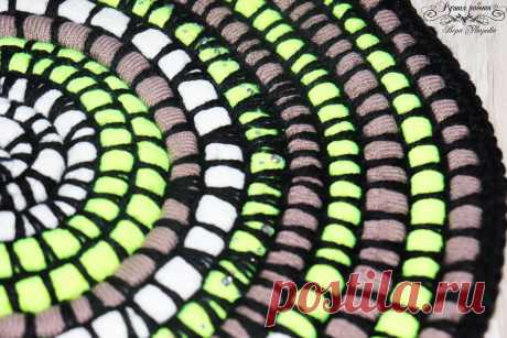 Лайфхак: прикроватный коврик из старых вязаных шапок