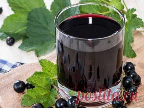 Домашнее вино из черной смородины.   Ингредиенты:   10 кг ягодок черной смородины,  5-6 кг песка сахарного,  15 литров воды.   Приготовление:   Прежде чем сделать вино из смородины, ягодки внимательно перебираются, удаляя из общей массы недоспевшие и подгнившие плоды. Мыть отобранную смородину не надо, так как естественные дрожжи в них находятся на поверхности.   Ягоды сильно разминаются руками или при помощи деревянной скалки, чтобы они хорошенько раздавились. Половина по...