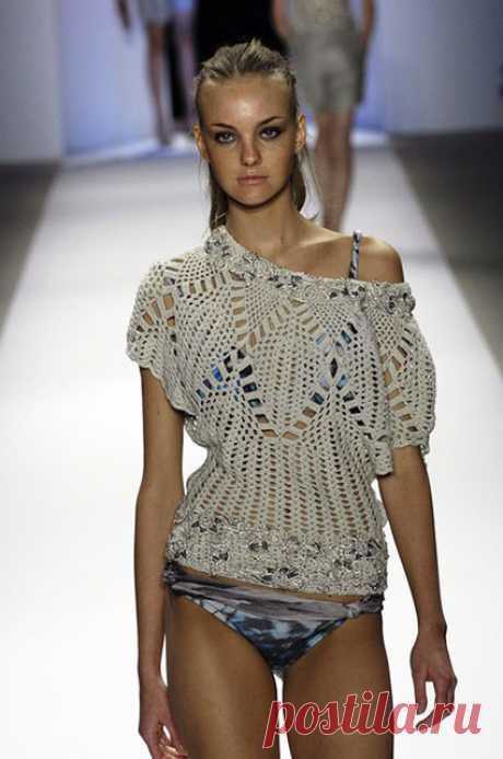 Блуза с подиума «Творческий подход» крючком от Carlos Miele – схемы вязания с описанием