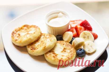 Как приготовить сырники с бананом и творогом? Рецепт таких сырников особой сложностью не отличается, поэтому хорошо подходит для утреннего завтрака. Ингредиенты всё же лучше приготовить с вечера.