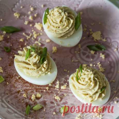 Кулинарные рецепты - Яйца, фаршированные хумусом из нута - с фото и видео инструкцией на сайте Bonduelle.ru