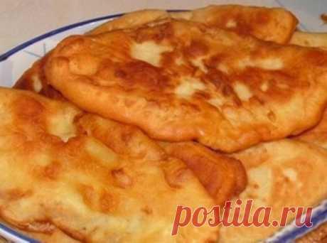"""Тонкие пирожки с картошкой """"Крестьянские"""" - Вкус.... Просто не передать словами!  Бархатистое тонкое тесто с толстым слоем картофельной начинки.  Нежнейшими получаются и тесто, и начинка....  Самые простые крестьянские ингредиенты, но пирожки просто тают во рту!  Настолько получаются тоненькие и мягкие.  для теста:  1 стакан теплого картофельного отвара  1 чайная ложка сухих дрожжей  1 столовая ложка сахара  0,5чайной ложки соли  2,5 стакана муки  для начинки:  6-7 средних картофелин  2-3"""