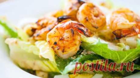 Салат с креветками | Очень вкусный соус для салата Салат с креветками - самый вкусный рецепт, с обалденной заправкой. Вы будете готовить снова и снова именно этот салат! Соус для салата, который делает его неповторимым. Очень вкусное сочетание.Ингредиенты (на 2 порции):  Креветки тигровые (хвосты) - 16 шт. Помидоры - 100 г. Огурец - 1 шт....