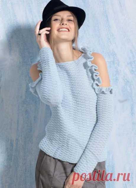Пуловер с открытыми плечами и оборками