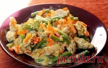 Курица со стручковой фасолью и овощами в сливочном соусе.
