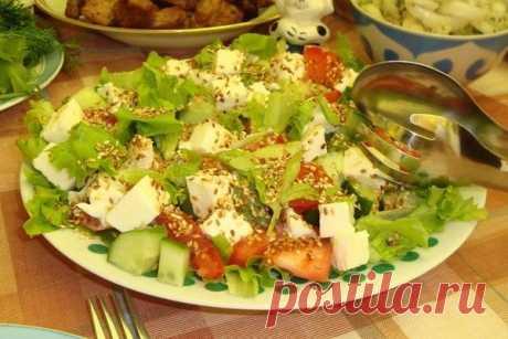 Овощной салат с кунжутом и моцареллой