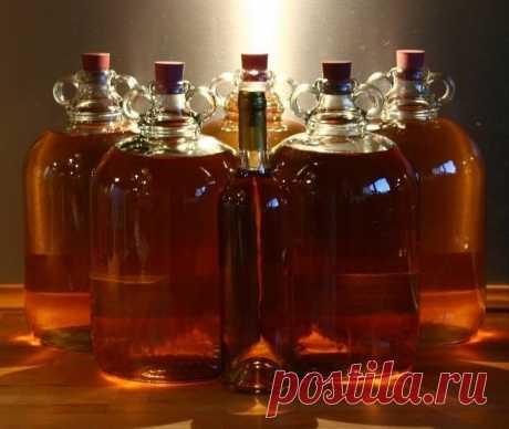 ФИНСКАЯ МЕДОВУХА  Ингредиенты: сок 2 лимонов изюм – 0,5 ч. л. коричневый и обычный сахар – по 250 г щепотка корицы гречишный мед – 2 ст. л. сухие дрожжи – 0,25 ч. л.  Приготовление: Вскипятить 400 мл воды. Всыпать в кипяток сахар и размешать до полного его растворения. Снять с огня.Добавить мед и лимонный сок. Дать остыть примерно до 40°С.Растворить дрожжи в небольшом количестве воды, влить в лимонно-медовую смесь.   Перелить в бутылку, накрыть 3 слоями марли и оставит...