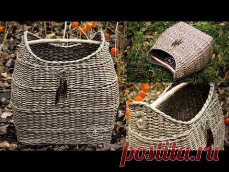 La Clase maestra por el tejido de la cesta con la mano desmontable de madera.