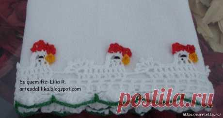 Los gallitos sobre la toalla y las servilletas. El ribeteado por el gancho