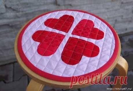 Подушка-сидушка с аппликацией в виде сердечка